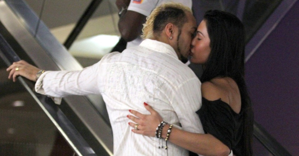 Recém-casados, Belo e Gracyanne Barbosa se beijam em escada rolante de shopping no Rio de Janeiro (13/6/12)