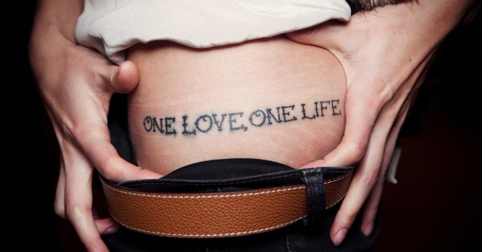 """Tatuagem """"one love one life"""" de Stefania"""