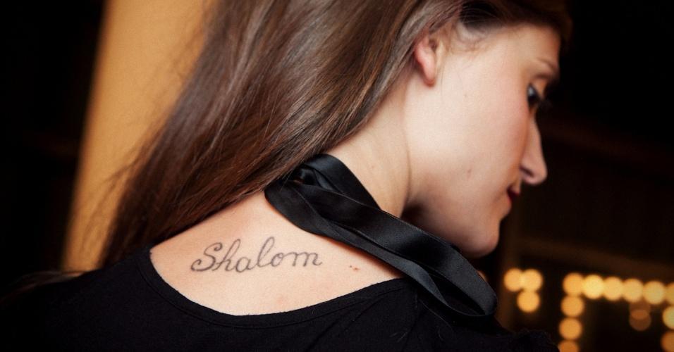 """Tatuagem """"Shalom"""" de Daiane Conterato"""