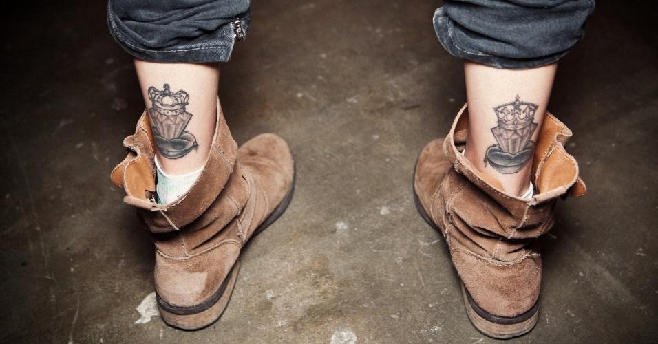 Tatuagens de Stefania acima do tornozelo