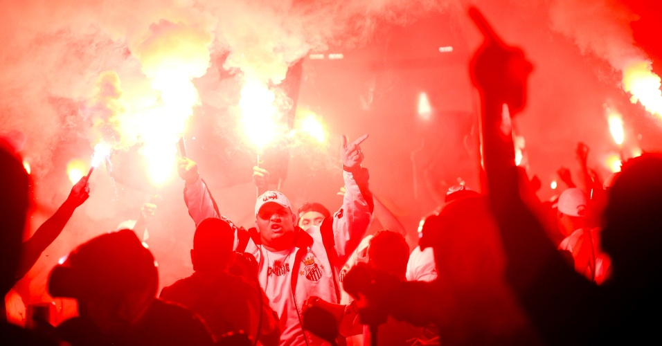Torcedores do Santos recepcionam ônibus da equipe antes do jogo contra o Corinthians