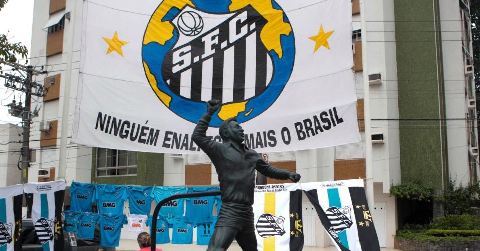 Torcedores santistas estenderam bandeirão atrás de estátua em homenagem a Pelé em Santos