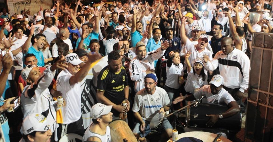 Um grande número de torcedores organizados do Santos se reuniu antes do jogo contra o Corinthians