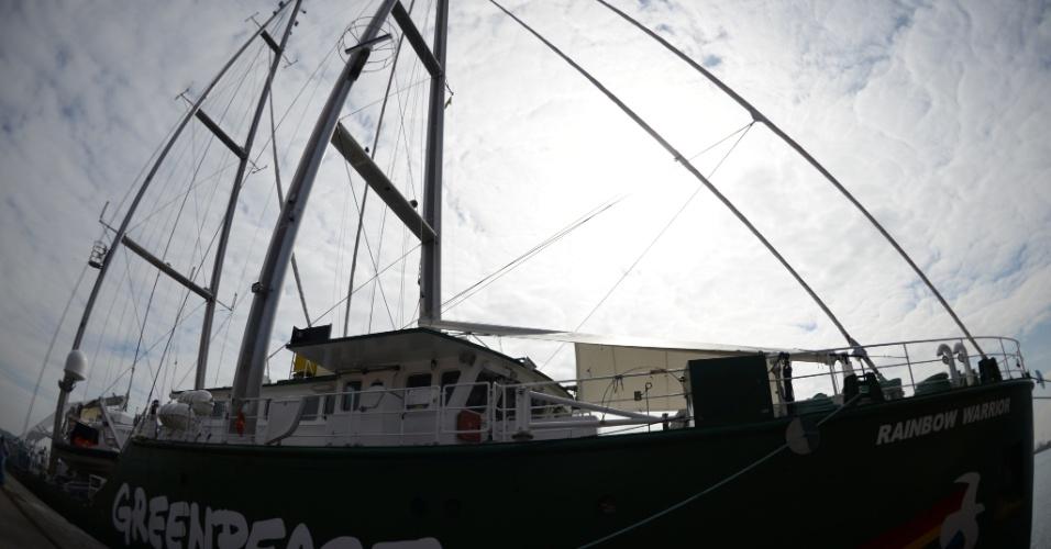 13.jun.2012 - O navio do Greenpeace, Rainbow Warrior, chega ao Rio