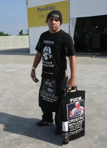 "13.jun.2012 - Participante ""antitudo"" da Rio+20 exibe material de protesto contra religiões, racismo e pró-anarquia"