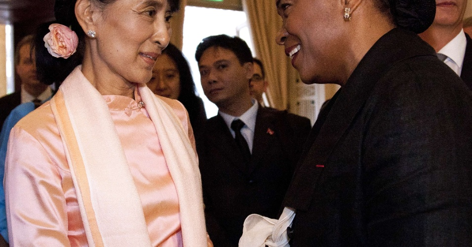 14.jun.2012 - A l&#237;der birmanesa Aung San Suu Kyi cumprimenta a soprano Barbara Hendricks durante um jantar em Berne, capital da Su&#237;&#231;a