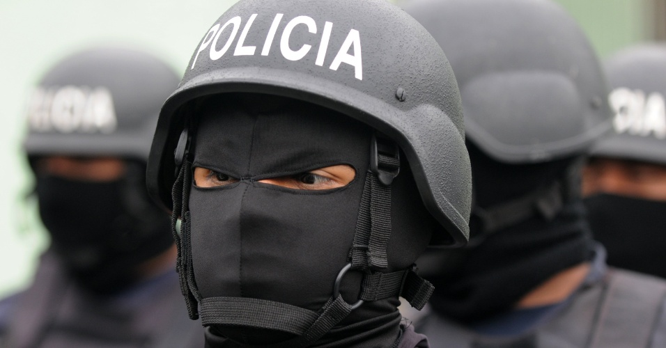 14.jun.2012 - Agentes da Pol&#237;cia Nacional olham para integrantes da gangue Mara 18 em uma &#225;rea ao sul de Tegucigalpa, capital de Honduras