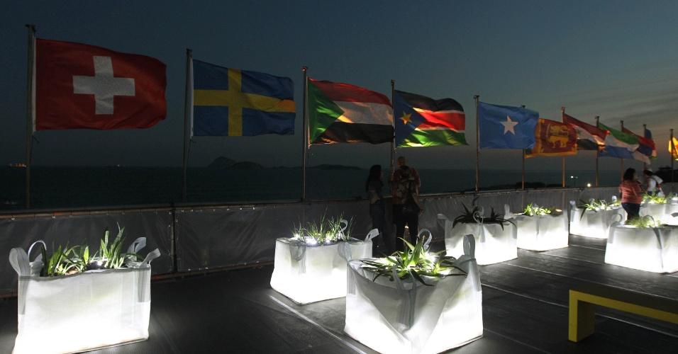 """14.jun.2012 - Bandeiras de países participantes da Rio+20 podem ser vistas hasteadas no terraço do edifício do """"Projeto Humanidades 2012"""", próximo ao Posto 6, em Copacabana, no Rio de Janeiro"""