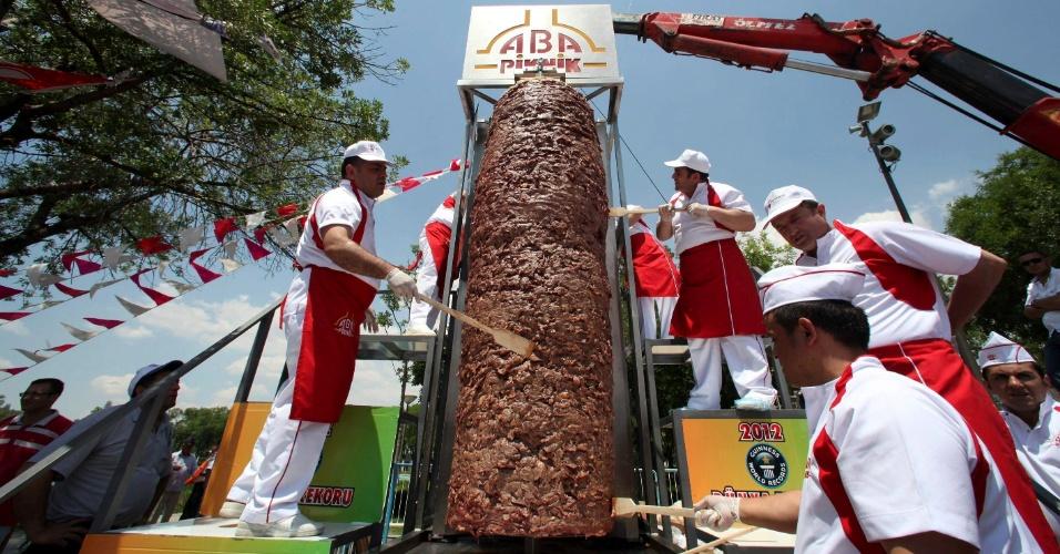 14.jun.2012 - Dez cozinheiros turcos prepararam um kebab gigante de 1.198 kg e 2,5 metros de altura, e entram para o Livro dos Recordes durante feira em Ancara, na Turquia. O kebab é uma comida típica na Turquia