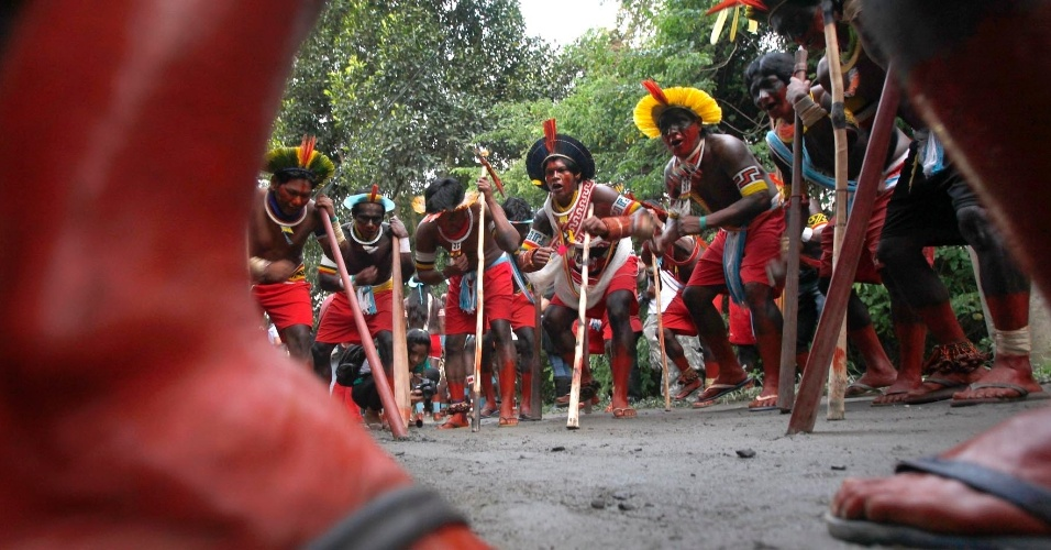 14.jun.2012 - &#205;ndios realizam ritual durante a cerim&#244;nia oficial de abertura dos Jogos Verdes, na Aldeia Kari-Oca, durante a Rio+20. A competi&#231;&#227;o ser&#225; disputa entre diversas tribos em v&#225;rias modalidades tradicionais dos &#237;ndios brasileiros como tiro com arco, jogo da corda e lan&#231;amento de lan&#231;a. O futebol &#233; o &#250;nico esporte nos jogos que n&#227;o &#233; de origem ind&#237;gena