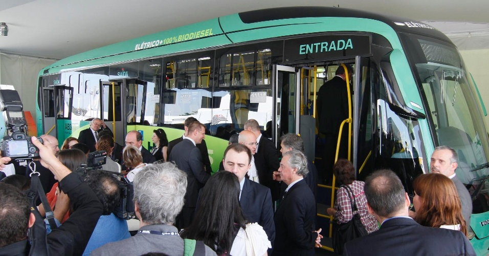 14.jun.2012 - Lan&#231;amento de &#244;nibus h&#237;brido, movido a eletricidade e diesel, da Volvo, na Rio+20