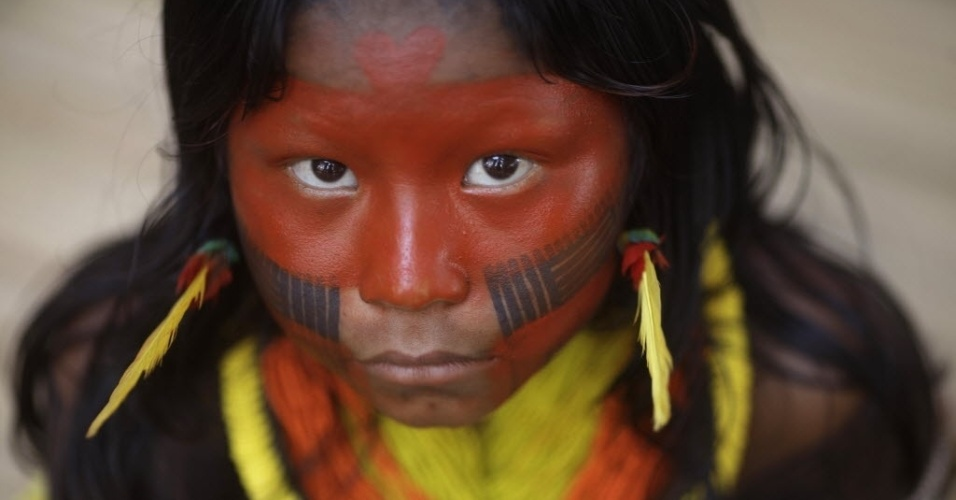 14.jun.2012 - Menina da etnia indígena Caiapó participa da primeira assembleia indígena da Rio+20, na vila Kari-Oca