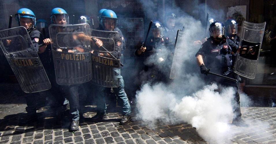 14.jun.2012 - Pol&#237;cia italiano enfrenta manifestantes do grupo autodenominado &#34;Occupy Fornero&#34; -- em alus&#227;o &#224; ministra italiano do Trabalho, Elsa Fornero -- perto do Pante&#227;o de Roma
