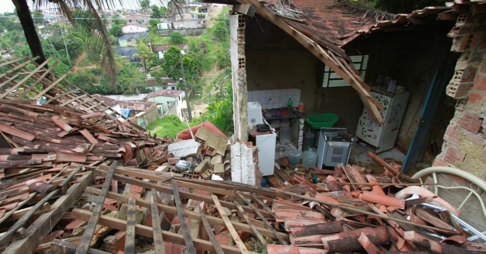 14.jun.2012 - Uma casa no bairro de UR-7, no Recife, foi parcialmente destruída nesta quinta-feira (14) por um deslizamento de barreira causado pela chuva