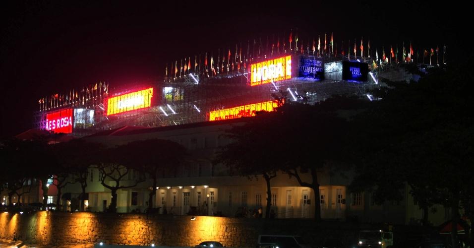 """14.jun.2012 - Vista de edifício do Forte de Copacabana, que ganhou o apelido de """"prédio dos andaimes"""" ao sediar o """"Projeto Humanidades 2012"""" durante a Rio+20"""