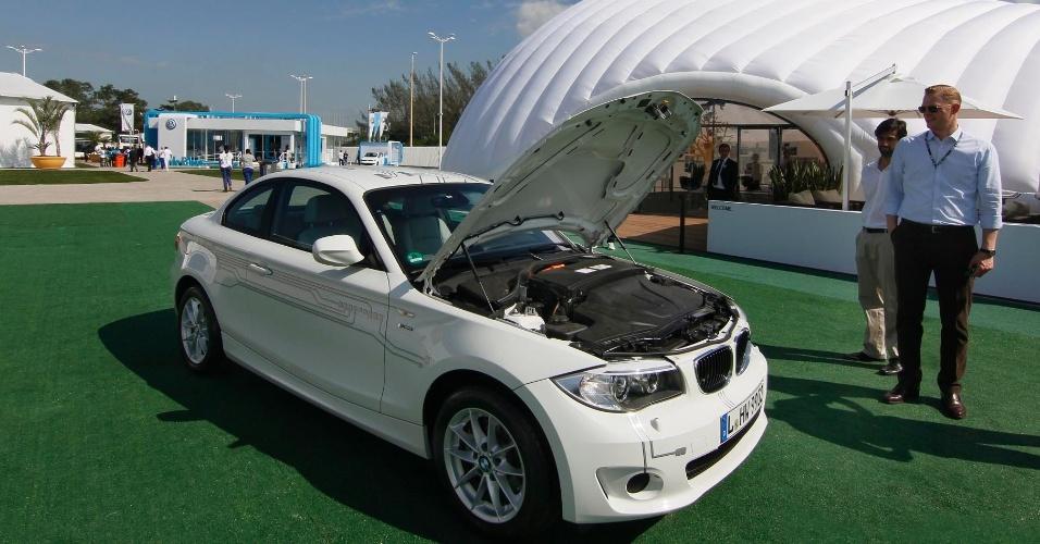 14.jun.2012 -Fabricantes de veículos tentam atrair o público com protótipos de veículos movidos a energia elétrica ou híbridos no Parque dos Atletas