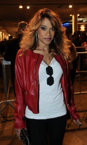 A atriz Leilah Moreno confere o quarto dia de desfiles da São Paulo Fashion Week (14/6/12)