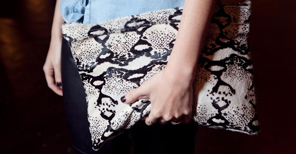 A carteira com estampa de pelo de animal confere uma dose de ousadia ao look de Camila Coutinho, 24, blogueira do Garotas Estúpidas  (13/06/2012)