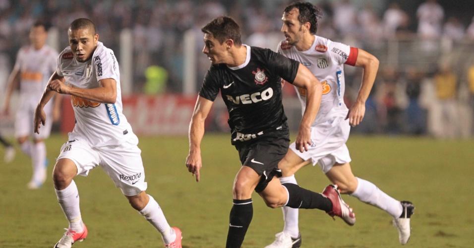 Alex, do Corinthians, tenta puxar ataque em velocidade durante jogo contra o Santos