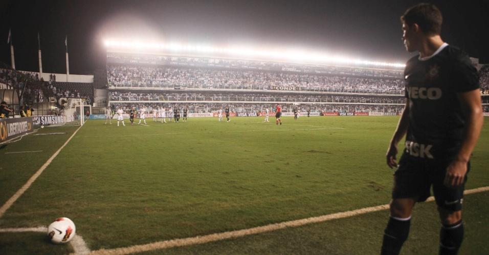 Alex, meia do Corinthians, prepara cobrança de escanteio durante jogo contra o Santos