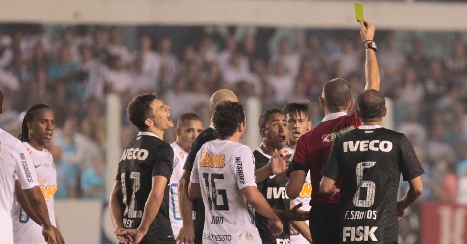 Árbitro aplica cartão amarelo para Neymar após confusão no jogo contra o Corinthians
