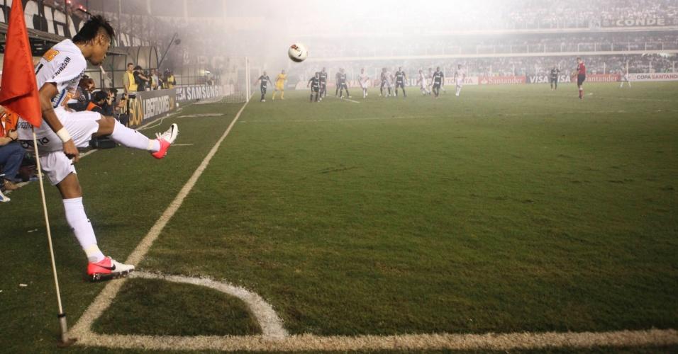 Atacante Neymar, do Santos, se prepara para bater escanteio durante jogo contra o Corinthians