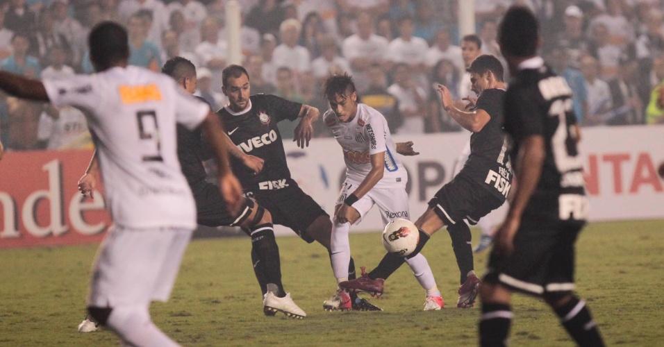 Atacante Neymar, do Santos, tenta passar no meio da defesa do Corinthians