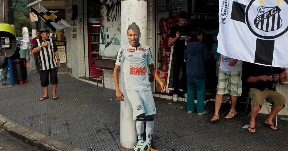 Cartaz com Neymar em tamanho real é exibido em loja na cidade de Santos antes da partida do time contra o Corinthians