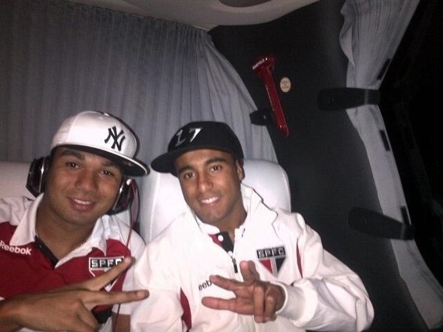 Casemiro e Lucas, do São Paulo, posam para foto no ônibus a caminho do Morumbi para jogo contra o Coritiba