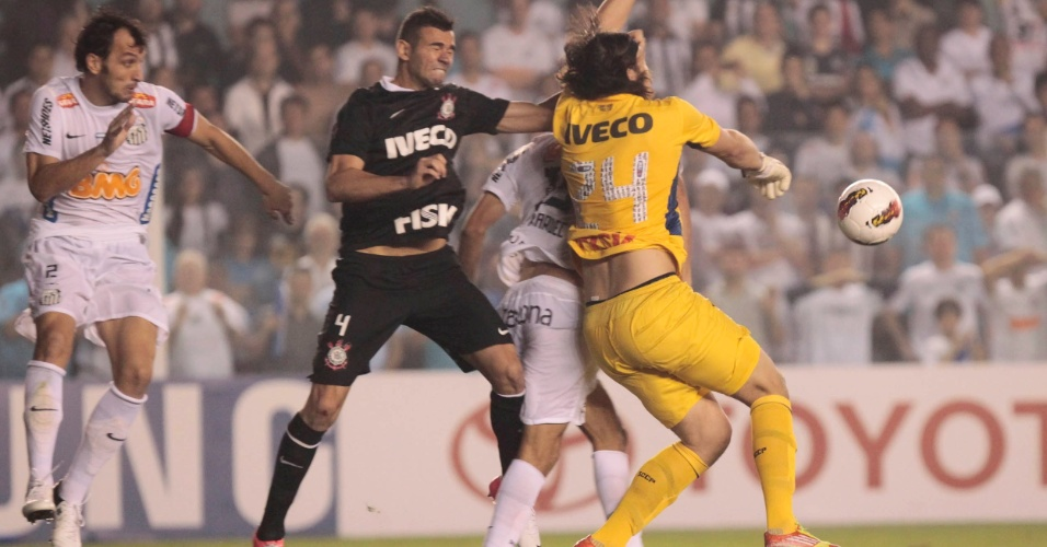 Cássio, goleiro do Corinthians, sai do gol e intercepta a bola durante jogo contra o Santos
