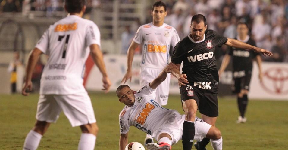 Danilo, do Corinthians, tenta passar pela marcação do santista Adriano