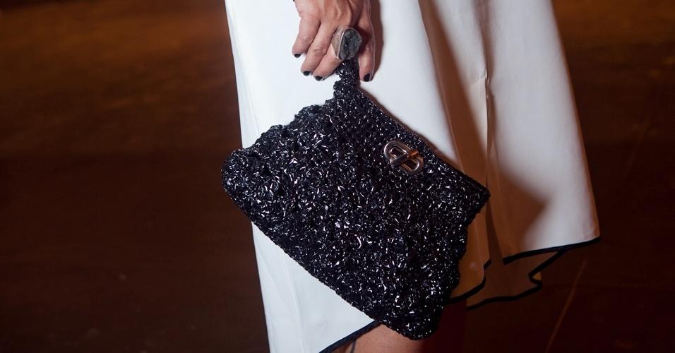 Detalhe da bolsa da grife Ronaldo Fraga, que compõe o look da consultora de moda Ana Amélia (12/06/2012)
