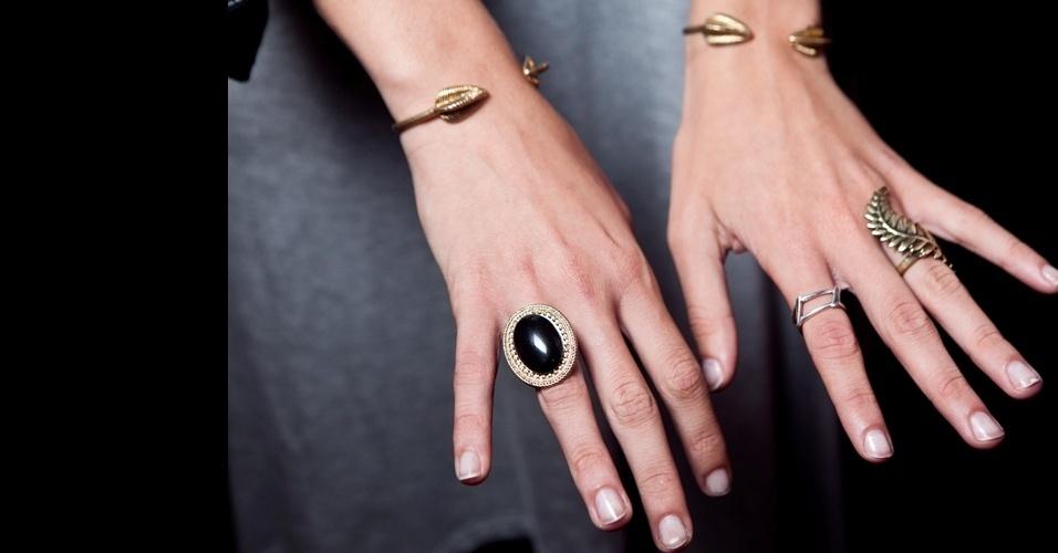 Detalhe mostra os anéis e pulseiras da modelo Bárbara Di Creddo (12/06/2012)