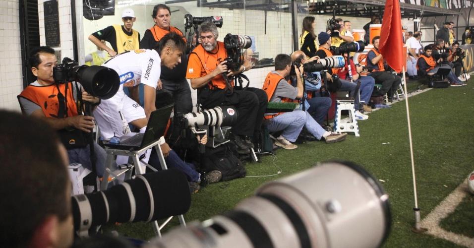 Entre fotógrafos, Neymar se apronta para bater escanteio durante jogo contra o Corinthians