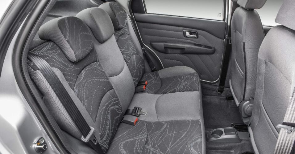 O Siena EL 2013 traz opcionais como freios ABS (antitravamento), airbag duplo, ar-condicionado, direção hidráulica e rodas de liga leve