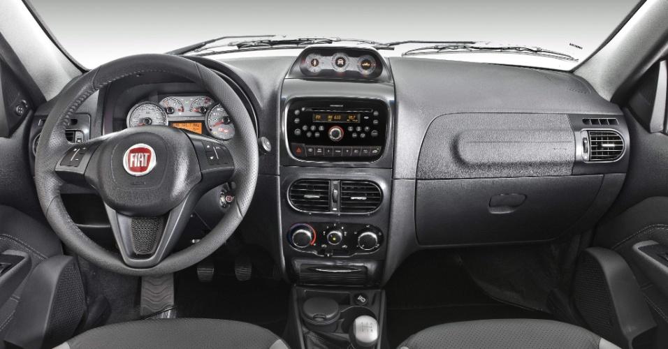 Entre os itens de série da versão aventureira da picape estão freios ABS com EBD, airbag duplo, direção hidráulica e ar-condicionado