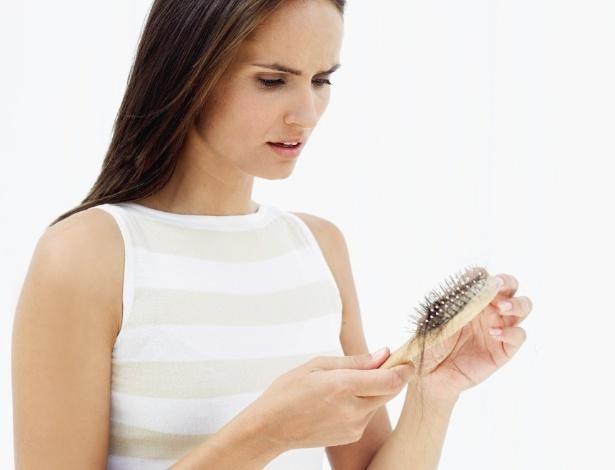 Alteração hormonal da mulher após o parto faz com que a queda de cabelo seja acentuada