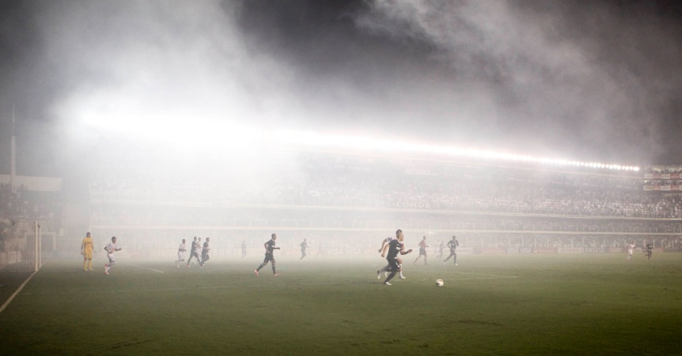 Fumaça dos sinalizadores invade o gramado da Vila Belmiro