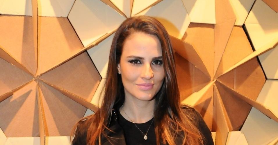 Grávida de cinco meses, a modelo Fernanda Tavares conferiu o quarto dia de desfiles da São Paulo Fashion Week (14/6/12)
