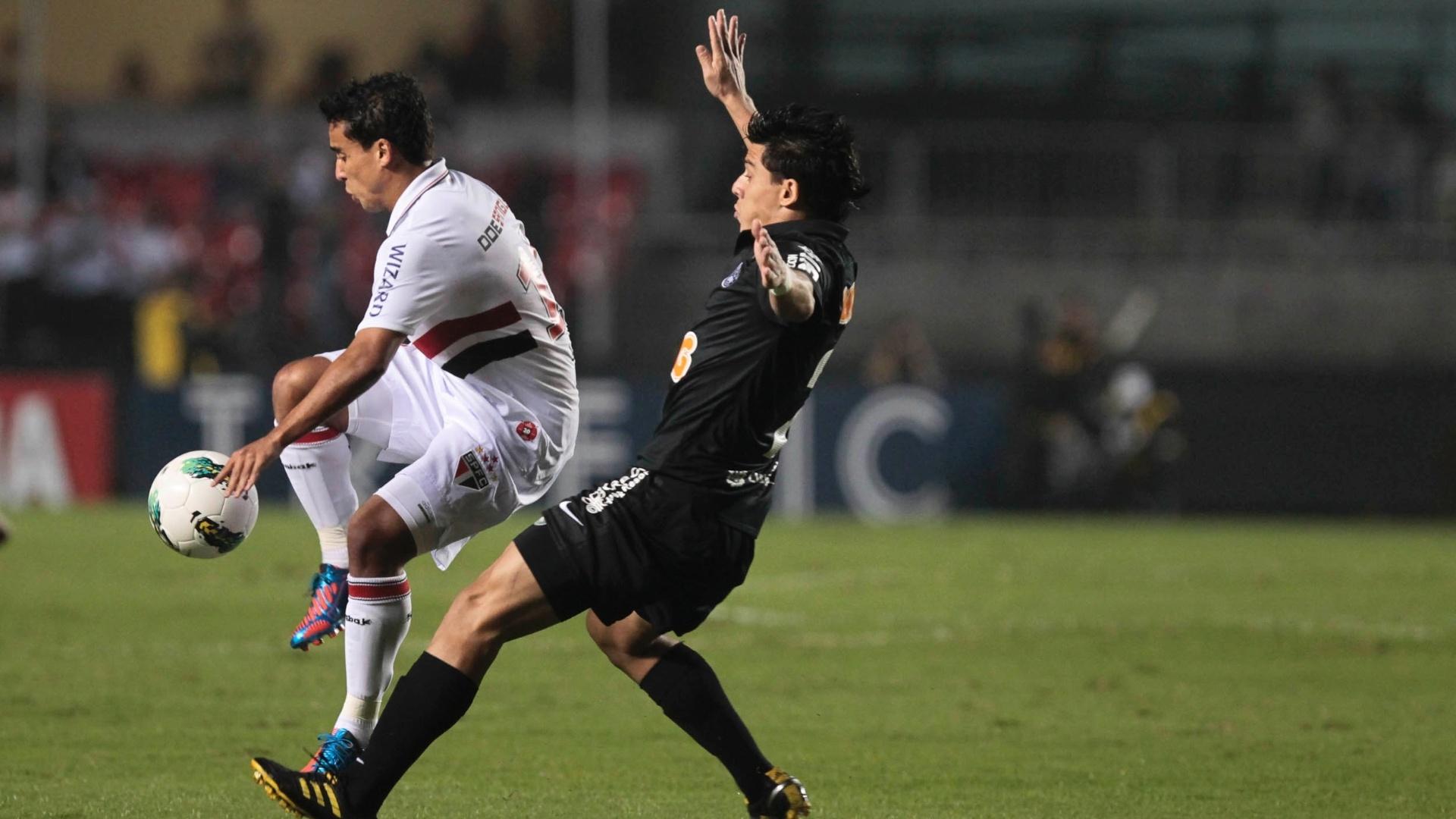 Jadson, meia do São Paulo, tenta dominar a bola durante partida contra o Coritiba