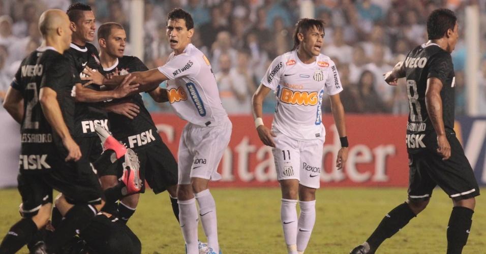 Jogadores de Santos e Corinthians se desentendem durante jogo da Libertadores