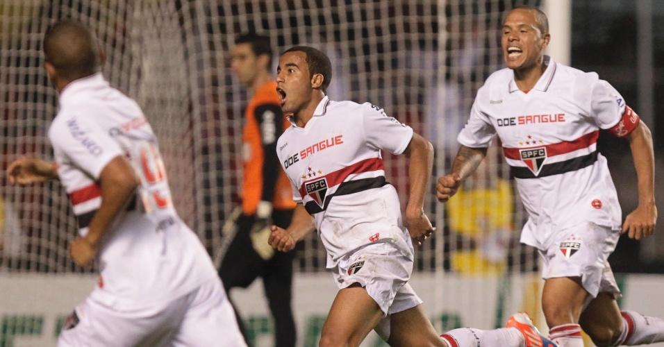 Jogadores do São Paulo comemoram o gol marcado por Lucas contra o Coritiba