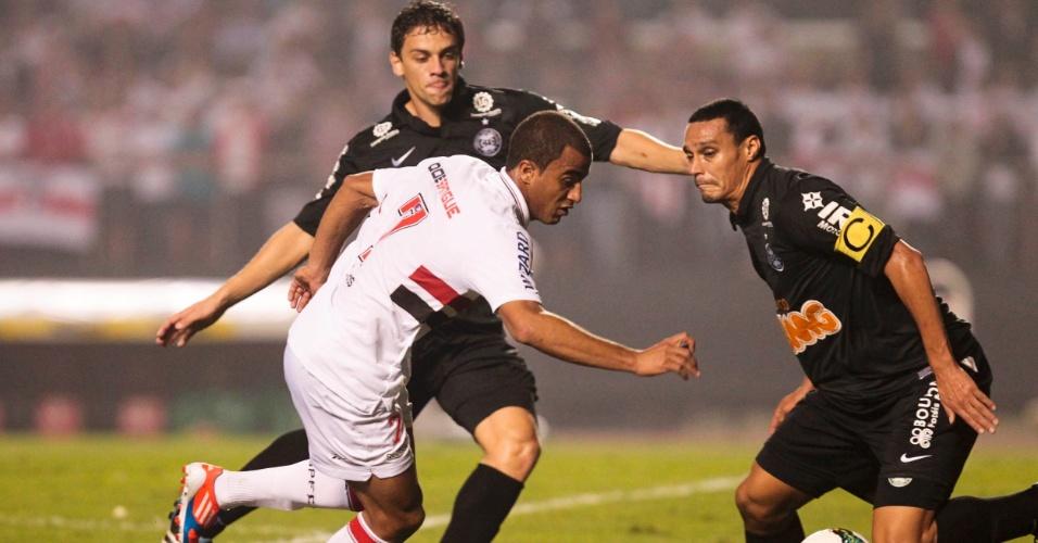 Lucas, do São Paulo, tenta passar pela defesa do Coritiba