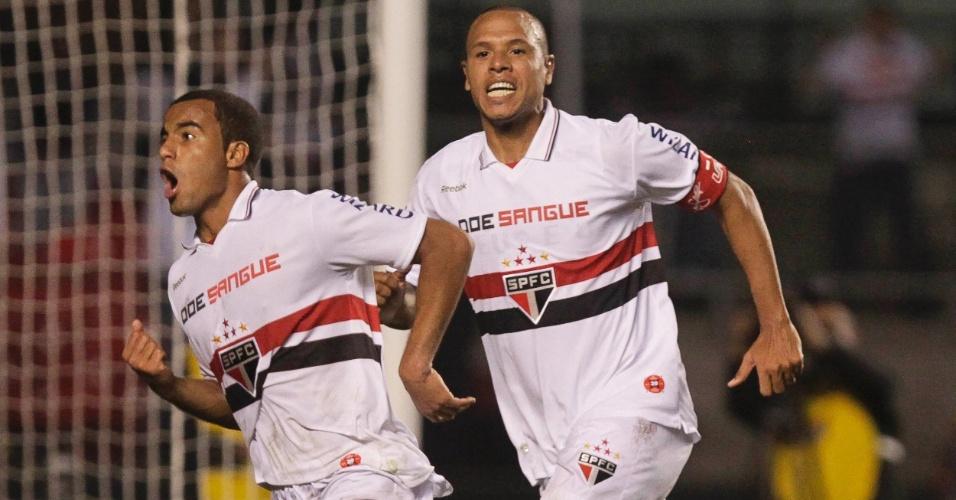 Lucas e Luis Fabiano comemoram o gol do São Paulo contra o Coritiba