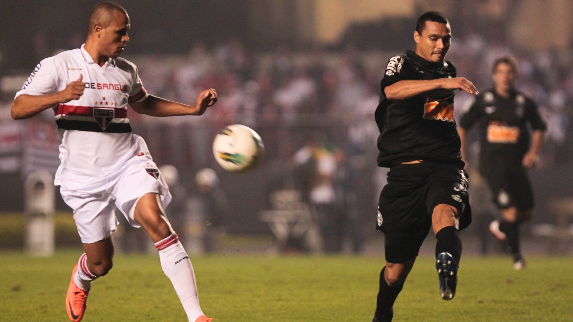 Luis Fabiano é interceptado pelo marcador do Coritiba durante jogo da Copa do Brasil