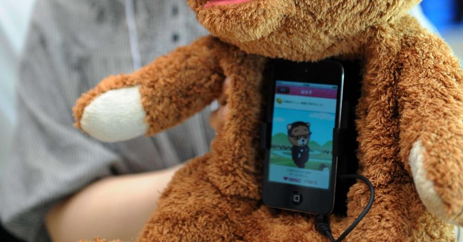 14.jun.2012 - Na Tokyo Toy Show, feira de brinquedos na capital japonesa, foi apresentado o ''Cocolo Bear'', da Cube: um ursinho de pelúcia que fala 600 palavras, quando é acoplado a um iPhone. Uma boa babá para as crianças...
