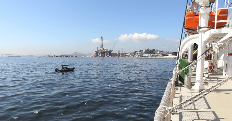 14.jun.2012 -Navio Rainbow Warrior, do Greenpeace, chega para Rio+20
