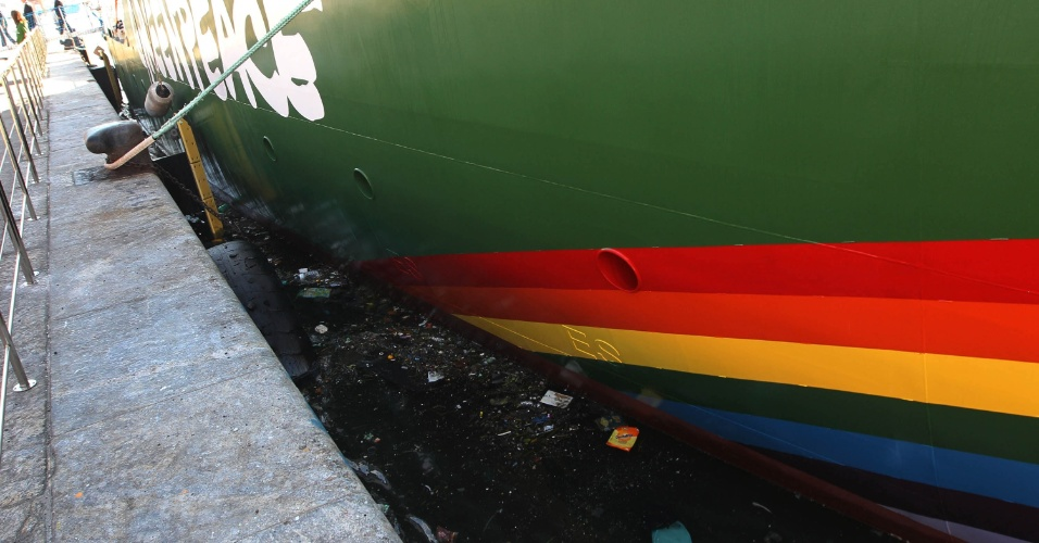 14.jun.2012 - Navio Rainbow Warrior, do Greenpeace, chega para Rio+20