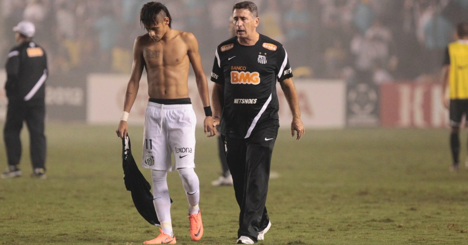 Neymar deixa o campo depois da derrota do Santos diante do Corinthians