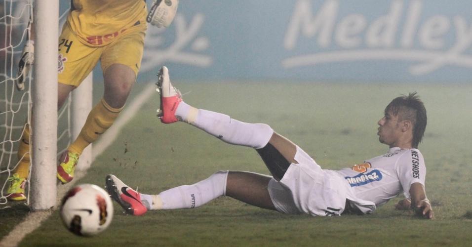 Neymar, do Santos, chega atrasado e não consegue alcançar a bola durante partida contra o Corinthians